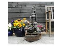 """AA REGINA - waterornement decoratie """"jongen en hond bij de pompe"""" rustiek gemaakt van polyresin - 350l/h - H77 x 38 x 40,5 cm"""